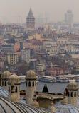 观点的从苏莱曼尼耶清真寺的加拉塔有金黄垫铁的之间在低对比四周光 免版税图库摄影