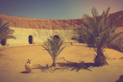观点的传统地下房子穴居人 突尼斯 免版税库存照片