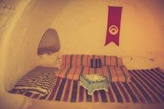 观点的传统地下房子穴居人 突尼斯 库存照片