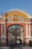 观点的修道院和亚历山大・涅夫斯基从河Monastyrka,圣彼得堡,俄罗斯的拉夫拉 库存照片
