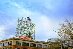 观点的偶象白色雄鹿,地标霓虹灯广告波特兰或者 免版税库存照片