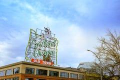 观点的偶象白色雄鹿,地标霓虹灯广告波特兰或者 库存图片