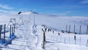 观点的克伦马塔角和滑雪者在滑雪轨道滑雪早晨 股票录像