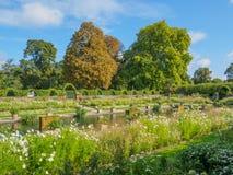 观点的公主戴安娜Memorial Garden在肯辛顿宫殿叫White Garden在伦敦在一个晴天 库存图片