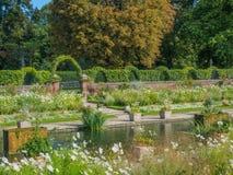 观点的公主戴安娜Memorial Garden在肯辛顿宫殿叫White Garden在伦敦在一个晴天 免版税图库摄影