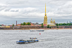 观点的圣皮特圣徒・彼得和保罗大教堂和河船在Neba河 库存图片