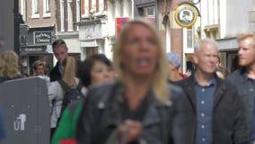 观点的在步行购物街道Nieuwendijk,阿姆斯特丹,荷兰上的很多人民 股票录像