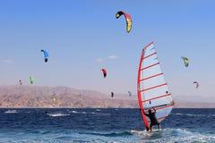 观点的埃拉特,红海,埃拉特,以色列海湾的一个风帆冲浪者  免版税库存图片