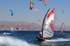 观点的埃拉特,红海,埃拉特,以色列海湾的一个风帆冲浪者  库存图片
