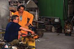 观点的工作在Murano车间的玻璃吹制工匠 免版税库存图片