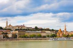 观点的布达佩斯的Buda边在一个晴天多瑙河 图库摄影