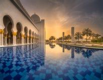 观点的扎耶德从水的Grand Mosque回教族长 免版税图库摄影