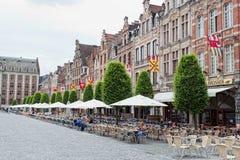 观点的方形的格罗特那里Markt是可看见的各种各样的人民 库存照片