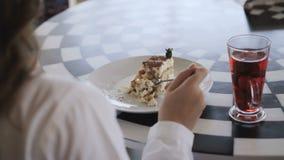 观点的无法认出的女孩吃非常美味的点心 4K 股票视频
