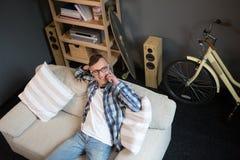 观点的有的沙发的自由职业者人电话交谈 免版税库存照片