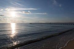 观点的海和一个人跳船的 库存照片
