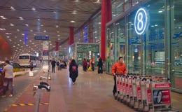 观点的游人在北京机场,中国 免版税库存照片