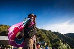 观点的游人在登上Penanjakan,从布罗莫火山的最佳的看法向下面沙子海 库存图片