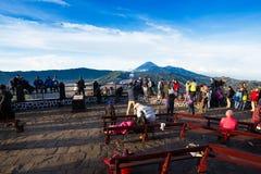 观点的游人在登上Penanjakan,从布罗莫火山的最佳的看法向下面沙子海 免版税库存照片