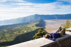 观点的游人在登上Penanjakan,从布罗莫火山的最佳的看法向下面沙子海 免版税图库摄影