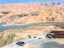 观点的游人在Al Mujib水坝在约旦 免版税图库摄影