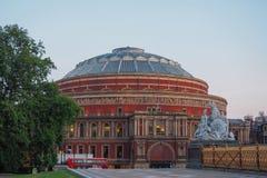 观点的皇家阿尔伯特霍尔和零件阿尔伯特纪念品在肯辛顿庭院里,伦敦在晚上 库存照片