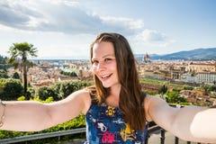 观点的米开朗基罗广场的一个女孩在佛罗伦萨在意大利 免版税库存图片