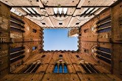 观点的著名Torre del Mangia在锡耶纳,托斯卡纳,意大利 免版税库存照片