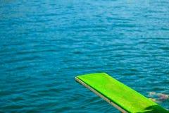 观点的跳板 潜水的跳板在水 图库摄影