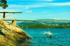 观点的跳板 潜水的跳板在水 免版税库存图片