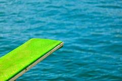 观点的跳板 潜水的跳板在水 库存图片