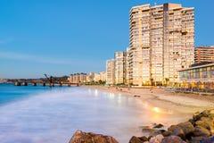 观点的阿卡普尔科海滩和Muelle黄昏的贝尔加拉 免版税库存照片