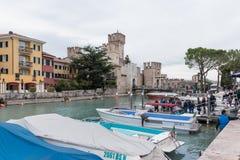 观点的从西尔苗内码头的Castello Scaligero  免版税库存图片
