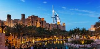 观点的从Souk Madinat Jumeirah的旅馆Burj Al阿拉伯人 免版税库存图片