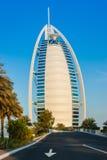 观点的从Souk Madinat Jumeirah的旅馆Burj Al阿拉伯人 图库摄影