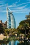 观点的从Souk Madinat Jumeirah的旅馆Burj Al阿拉伯人 免版税库存照片