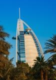 观点的从Souk Madinat Jumeirah的旅馆Burj Al阿拉伯人 免版税图库摄影