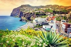 观点的Camara de罗伯斯,在马德拉岛海岛上的小村庄 免版税库存图片