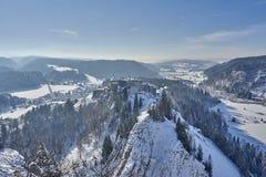 观点的Chateau de在雪的Joux Covered -拉克吕斯和米茹- 免版税库存图片