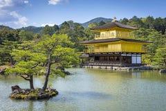 观点的Kinkaku籍(金黄亭子的寺庙)在京都,日本 免版税库存照片