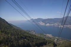 观点的Lago从一辆缆车的di加尔达到Monte Baldo 免版税库存照片