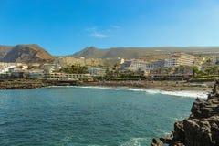 观点的Playa de在特内里费岛海岛的西海岸的la Arena和火山的山,有黑沙子和熔岩峭壁的在 库存照片