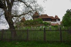 观点的Viscri加强了教会城堡,特兰西瓦尼亚,罗马尼亚, 免版税库存图片