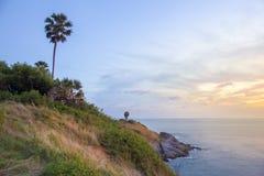 观点,在Phrom thep海角或Laem Phrom thep的日落是标志普吉岛海岛,泰国 免版税库存照片