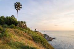 观点,在Phrom thep海角或Laem Phrom thep的日落是标志普吉岛海岛,泰国 库存照片