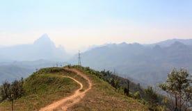 观点从Vang Vieng的停车处方式向琅勃拉邦。 库存照片