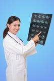 观看一个耐心X-射线的妇女医生 免版税库存照片