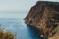 观看下来到从峭壁的海 库存图片