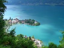 观看下来到Iseltwald美丽如画的瑞士渔村在Brienzersee的 免版税库存图片