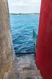 观看下来在海海湾和海滨用树 免版税图库摄影